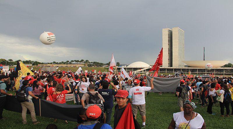 Gigantesca marcha contra PEC 55 é duramente reprimida em Brasília