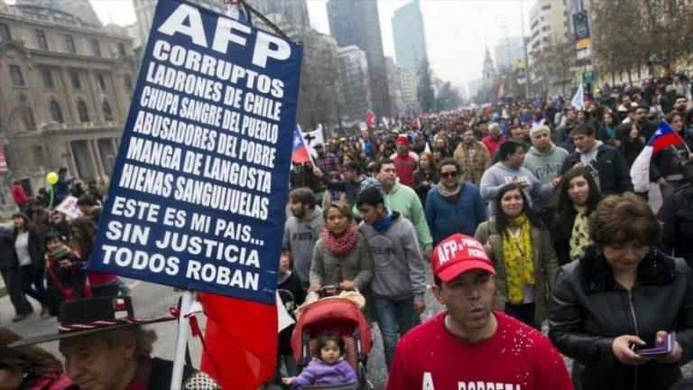 No Chile, 1° país a privatizar a Previdência, sistema entrou em crise e trabalhadores vivem com aposentadorias miseráveis
