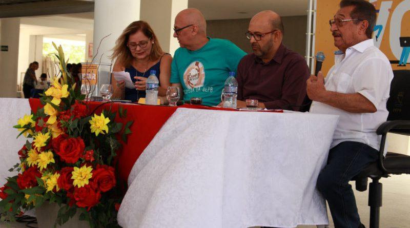 Candidato do MDB participa de debate e assina carta de compromisso com as reivindicações da categoria