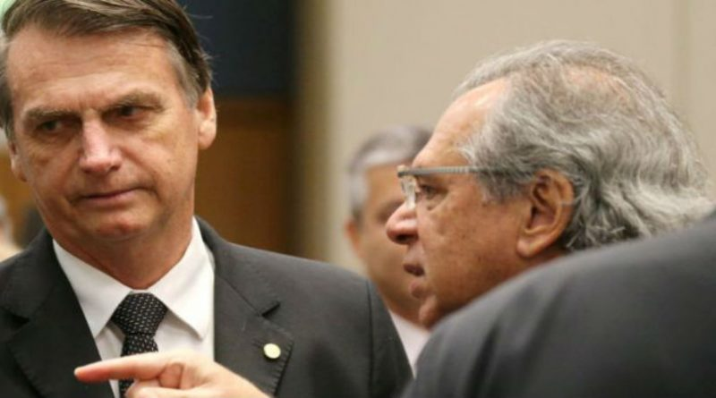 Bolsonaro estuda proposta para trabalhador abrir mão de direitos como férias e 13º ao ser contratado