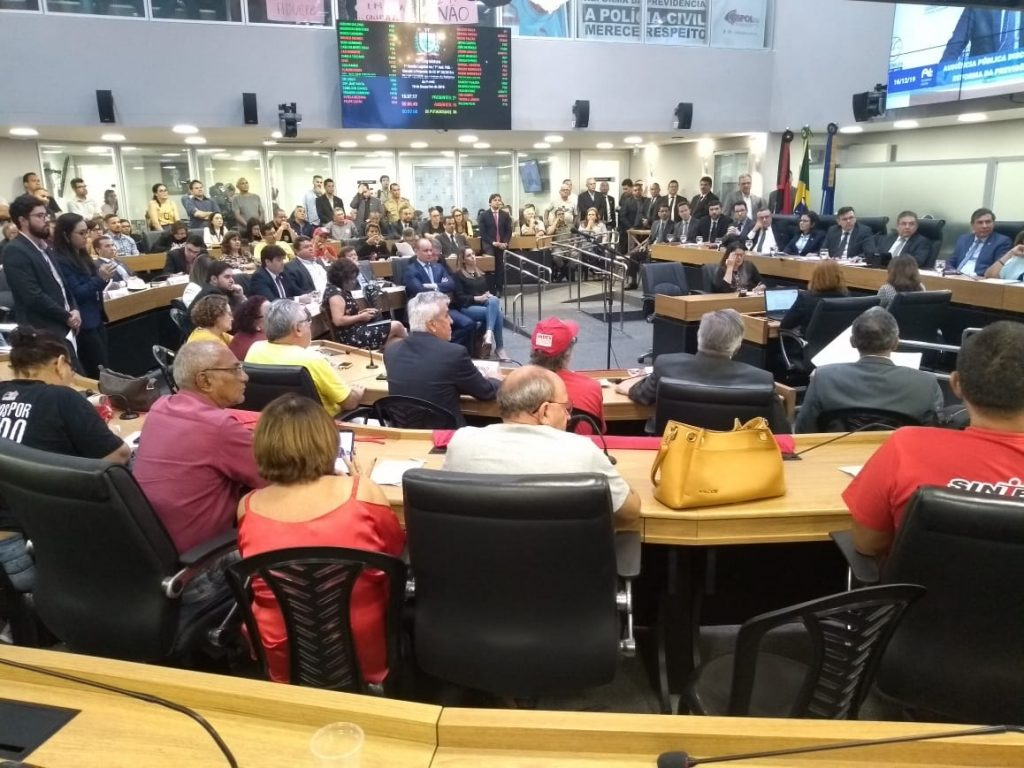 Servidores pressionam ALPB para suspensão do regime de urgência da reforma da previdência. Votação pode ocorrer amanhã (17/12).